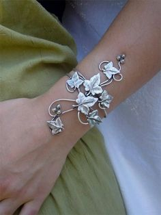 bracelet lierre by elemiah delecto, accessoires coiffure chignon mariage. Wire Jewelry, Jewelry Box, Jewelry Bracelets, Silver Jewelry, Jewelry Accessories, Jewelry Design, Jewelry Making, Jewlery, Bangles