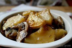 Mushrooms with Potatoes in Wine ⋆ Cook Eat Up! Cooking Tips, Cooking Recipes, Easy Recipes, Greek Cooking, Vegetable Dishes, Potato Recipes, Finger Foods, I Foods, Salad Recipes