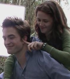 Robert and kristen in twilight Edward Bella, Twilight Edward, Twilight Cast, Twilight Pictures, Twilight Movie, Edward Cullen, Twilight 2008, Alice Cullen, Robert Pattinson
