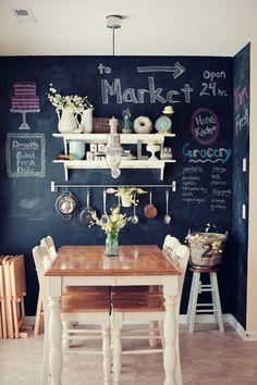 Inspiratie op doen voor de eetkamer? Verf de muur helemaal met krijtbordverf, zo kunnen jij en je kinderen er op tekenen, schrijven en kleuren. Dan ben je er altijd zeker van dat je een originele muur hebt!