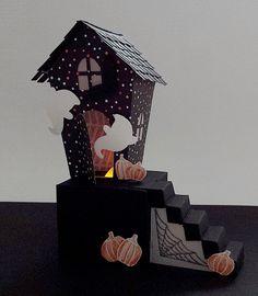 Kleines Hexenhäuschen für ein LED-Teelicht, aus den Thinlitsformen Home sweet Home, mit crehand & Stampin' Up!, Videoanleitung im Blogbeitrag