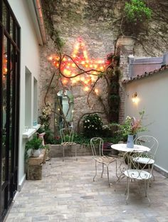 Inspiration vintage à l'hôtel Henriette – Miluccia Small Courtyard Gardens, Small Courtyards, Small Gardens, Outdoor Gardens, Outdoor Spaces, Outdoor Living, Outdoor Decor, Ideas Terraza, Gazebos