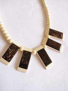 Biojoias de osso bovino e coco.  Necklace (bone and coconut)