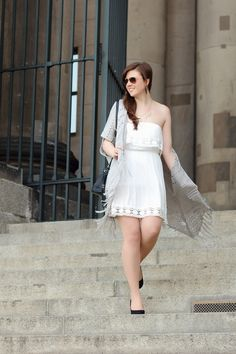Madison Coco, Onlinemagazin, Blogger Netzwerk, your daily treat, fashion, madisoncoco.de, Sommertrend, weißes Kleid, grauer Cardigan, Fransen, Sonnenbrille