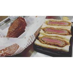 1500円のビーフカツサンドと680円のスモークチキン美味しかったけど値段通りに見えない… #肉~! #「ダメ恋」見てから肉女子でもいいのだとポジティブになる #でもちゃんと生グレープフルーツジュースでビタミン採ったよ #ジャズドリーム長島 #何も買えなかった