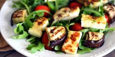 Grilled eggplant over mixed greens with fresh tomatoes Halloumi Salad, Caprese Salad, Clean Eating, Healthy Eating, Healthy Food, Grilled Eggplant, Salad Bar, Food Inspiration, Sushi