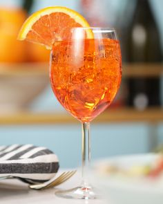 Get better acquainted with Aperol Spritz, your new favorite summer cocktail! Fun Cocktails, Summer Drinks, Cocktail Drinks, Alcoholic Drinks, Beverages, Aperol Spritz Drink, Aperol Spritz Recipe, Wedding Signature Drinks, Summer Recipes