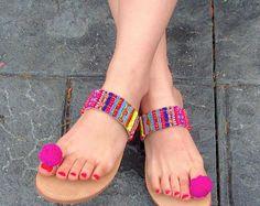 """Sandalias de cuero griego hecho a mano, Boho estilo del dedo del pie lazo con pompones - """"Amistad"""" y brazaletes de la amistad"""