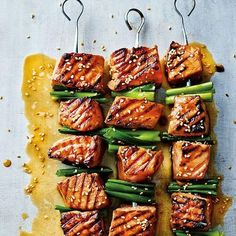 eten Salmon skewers with spring onion and wasabi, from Dale Pinnock's cookbook 'Eat yourself healthy Barbecue Recipes, Grilling Recipes, Pork Recipes, Fish Recipes, Healthy Recipes, Salmon Skewers, Bbq Skewers, Kabobs, Tapas