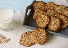 Healthy - and allegedly tasty - cookies, with oats, banana, coconut, walnuts and honey Healthy Diet Recipes, Healthy Sweets, Healthy Baking, Healthy Snacks, Snack Recipes, Food Inspiration, Sweet Recipes, Good Food, Food And Drink