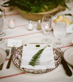 Loving this simple, yet beautiful rustic place setting!