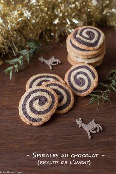 Spirales au chocolat (sablés de l'avent) Place Cards, Place Card Holders, Desserts, Cocoa Butter, Chocolates, Kitchens, Spritz Cookies, Gourmet Gifts, Tailgate Desserts