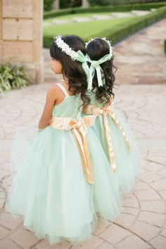 Flower girls in long layers of tulle and gold sashes // Photography: Amanda Watson