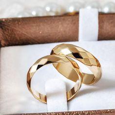 Alianças de Casamento 2019: todas as dicas para escolher a sua! Wedding Ring Sets Unique, Matching Wedding Bands, Gold Wedding Rings, Engagement Rings Couple, Rose Gold Engagement Ring, Couple Rings Gold, Brautring Sets, Couple Ring Design, Cute Promise Rings