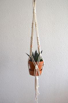 Montrez à vos plantes que vous les aimez en leur offrant une suspension en macramé + cuivre. Je vous promets, elles en raffolent toutes ! Longueur environ 1 mètre