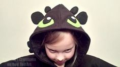We love converting every day items into all things fabulous. For this fantastic Toothless Dragon Costume (from How to Train a Dragon), you just need a black hoodie, some felt and a needle. It looks simply fabulous! Toothless Costume, Toothless Hoodie, Toothless Dragon, Dragon Hoodie, Dress Up Costumes, Diy Costumes, Halloween Costumes, Costume Ideas, Fancy Costumes