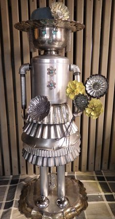 Garden Path: Miss Sugar Tin Lizzy. No Tutorial, but there are pictures of the process. Metal Yard Art, Scrap Metal Art, Found Object Art, Found Art, Tin Can Crafts, Metal Crafts, Owl Crafts, Feuille Aluminium Art, Tin Can Man