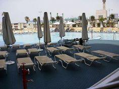 Terrasse eines Hotels mit Bergo ROYAL Terrassenfliesen