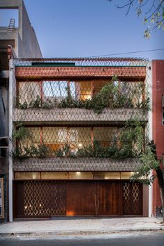 Casa Scout is located in a typical meter-wide plot in the urban fabric of Buenos Aires in a consolidated and low density neighborhood. Arch House, Facade House, Green Architecture, Architecture Design, Residential Architecture, Green Facade, Mix Use Building, Urban Fabric, Concrete Building