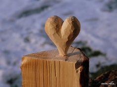 Herz auf Holzscheitel geschnizt, Holzherz von Ritsche Ratsch Holzkunst auf DaWanda.com