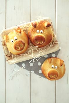 Silvester 〖Glücksschweinchen〗I am gonna bake them for new years breakfast! Silvester Snacks, Diy Silvester, Bread Shaping, Pumpkin Spice Cupcakes, Food Humor, Cooking With Kids, New Years Eve Party, Party Snacks, Sweet Bread