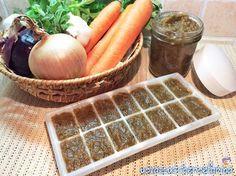 Preparare il dado vegetale fatto in casa è semplicissimo; conservatelo nei comodissimi contenitori per il ghiaccio per avere sempre pronta la giusta dose.