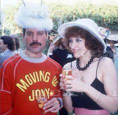 Freddie with Family & Friends – 518 photos Queen Photos, Queen Pictures, Rare Pictures, Friends Show, Friends Family, Queen Lead Singer, Brian's Song, Queen Albums, Queen Freddie Mercury