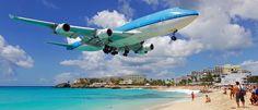 GUSTAF III AIRPORT A SAINT BARTHELEMY. ANTILLE FRANCESI. Anche in questo caso, la sicurezza è un optional, non fosse altro che gli aerei che si apprestano ad atterrare arrivano a sfiorare i turisti della spiaggia lì vicino. Quanta paura per i piloti e per i passeggeri!