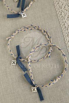 Μαρτυρικά βάπτισης για αγόρι βραχιόλι από δίχρωμο σχοινί γιούτας με κομψό μεταλλικό διακοσμητικό σταυρουδάκι Personalized Items