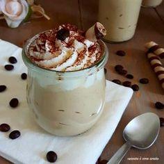 La mousse al caffè con panna e yogurt greco , è un dolce al cucchiaio al cucchiaio , semplice da fare, fresco e golosissimo.