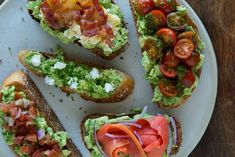 Ό,τι ρέστα έχουμε στα συρτάρια του ψυγείου, λίγο φρυγανισμένο ψωμί και δυο-τρία αβοκάντο αρκούν για το πιο φίνο καλοκαιρινό γεύμα. Ιδού πέντε απλές ιδέες για γευστικά παιχνίδια.