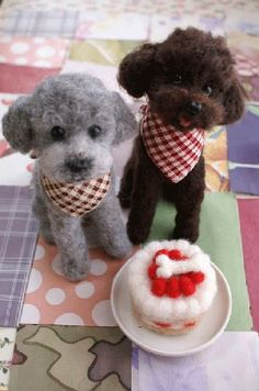 Two dogs with a dog cake Pom Pom Animals, Plush Animals, Felt Animals, Cute Animals, Wool Needle Felting, Needle Felted Animals, Felted Wool Crafts, Felt Crafts, Very Cute Puppies