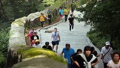 Plelchach (center) catches his breath while climbing up the fortress path of Namsan Mountain during the Turtle Marathon on August 24. (photo: Jeon Han)
