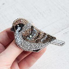 И вот он при близком рассмотрении. Маленький воробьишка в благородном светлом золоте ✨✨ При создании этой работы использован винтажный венецианский бисер, который создает шикарный блеск и бархатистую текстуру