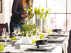 spring table setting in white, black and yellow #tablescapes
