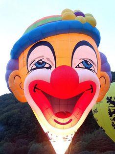 A Szováta melletti Vármezőn évről évre megrendezik a nemzetközi Hőlégballon fesztivált. A magyar korona vagy a bohóc alakú hőlégballon sok tucatnyi társához hasonlóan jól megfér egymás mellett, az alkonyatban pedig különleges látványt nyújtanak ezek az óriások. A helyszínen egyébként helyi vagy távolsági sétarepülésre is van lehetőség, továbbá a helyszín megközelíthető a Szovátáról induló kisvasúttal, a 'mocanitával' is. Érdemes felkészülni, hogy a fesztivál a nevéhez hűen rengeteg embert… Donald Duck, Sonic The Hedgehog, Disney Characters, Fictional Characters, Art, Art Background, Kunst, Performing Arts, Fantasy Characters