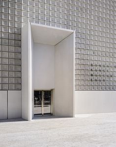 Graubündner Kunstmuseum // Barozzi Veiga Source by No related posts. Design Entrée, Facade Design, Door Design, Exterior Design, Interior And Exterior, Detail Architecture, Contemporary Architecture, Interior Architecture, Building Exterior