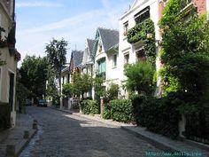 La Villa Léandre est une petite impasse bordée de trés jolies maisons de style anglo-normand. A surtout ne pas rater si vous visitez cette butte.