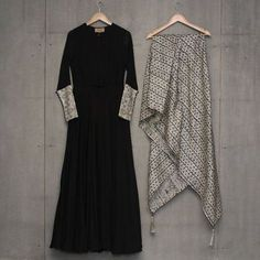 Looking for plain salwar and heavy dupatta combinations? Check out 10 cool ideas for you to shop the best one and look dashing on it! Salwar Designs, Kurti Designs Party Wear, Blouse Designs, Plain Kurti Designs, Indian Wedding Outfits, Pakistani Outfits, Indian Outfits, Stylish Dresses, Fashion Dresses