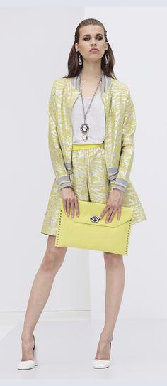 #Bomber, #fiori e gonna a ruota sono must have importanti per la prossima #primavera. Se poi uniamo il giallo e una bella #handbag otteniamo la proposta di Jijil per la Festa della Donna!!Direi sporty chic e mooolto trendy  #festadelladonna #giallo #outfit #look #jijil #musthave #look #fashion #gonnaaruota #borsagialla #personalshopping #fashion #blog