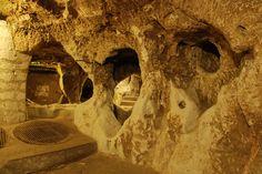 Derinkuyu yeraltı şehri VI. KAT Altıncı kat, besinci katı yedinci kata bağlayan bir tünelden ibarettir. Tünel üzerinde ikisi kapı odası, üçü ise tünel kontrolünün yapıldığı birer güvenlik noktası olduğunu düşündüğümüz beş birim bulunmaktadır.Nevşehir