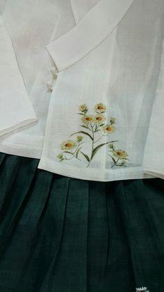 곱고고운 모시 저고리와 치마에 개망초꽃~~흔하다고 눈길 주지 않아도 그래도 난 이대로가 좋아~~계란꽃 개... Kurti Patterns, Embroidered Clothes, Blouse And Skirt, World Of Color, Fabric Painting, Spring Fashion, Embroidery Designs, Hand Painted, Colours
