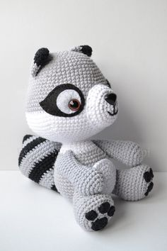 Pdf File with all the explanations for you to be able to do this Raccoon. *It´s not the finish product. it´s the pattern for you to do it. 14 pages and 35 pictures. Very easy to follow instructions. You must know how to do amigurumis. The pattern can be directly download in this