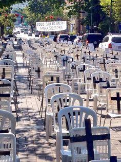 #ElPuebloMuereLaDefensoraViaja 3000 sillas vacías para siempre. 3000 muertos en este año. pic.twitter.com/MD5K0CZHZN