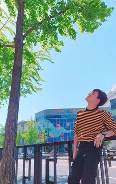 Korean Entertainment Companies, Pop P, Phone Screen Wallpaper, Beautiful Nature Wallpaper, Pop Group, Aesthetic Wallpapers, Traveling By Yourself, Dancer, Polaroid Film