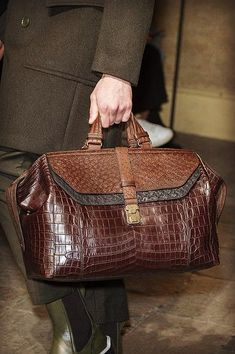 Bottega Veneta at Milan Fashion Week Fall 2017 - Details Runway Photos Men Accesories, Leather Accessories, Expensive Shoes, Gents Fashion, Denim Bag, Leather Briefcase, Bag Sale, Leather Handbags, Purses And Bags