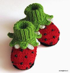 Knitted baby booties Ladybug red baby girls shoes / por MiaPiccina