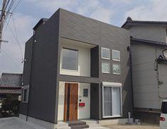 限られた条件の中で敷地を有効利用し、さらにコストを抑えるため建物はシンプルなつくりとしました。グレーと白のコントラストが効いてスタイリッシュな雰囲気です。
