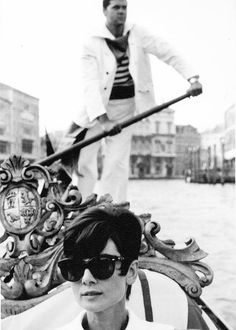 Audrey Hepburn in Venice. Photo by Yul Brynner, 1965 Classic Hollywood, Old Hollywood, Hollywood Glamour, Hollywood Stars, Black White Photos, Black And White, Audrey Hepburn Born, Yul Brynner, Divas