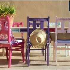 Recuperar y renovar unas viejas sillas de madera, puede ser tan sencillo como darles una mano de pintura. Pero si además de recuperarlas, queremos decorar